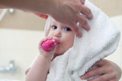 タオルに包まれる赤ちゃん