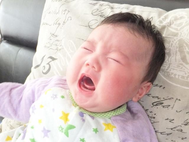 赤ちゃんの泣き顔